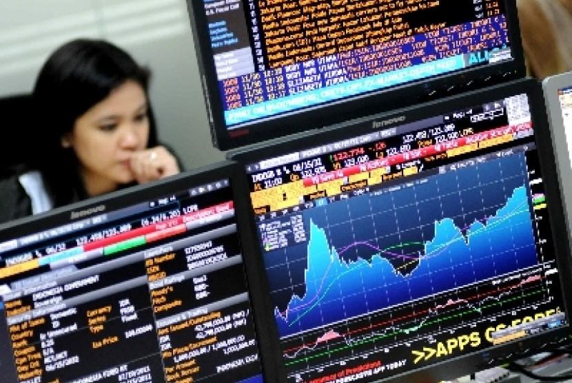 Petugas memantau pergerakan Surat Utang Negara (SUN) di Delaing Room Treasury OCBC NISP, Jakarta.