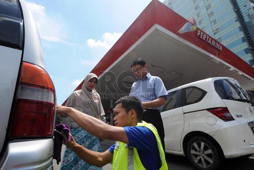 Petugas memasang alat radio frequency identification (RFID) tag pada kendaraan milik warga di SPBU milik Pertamina di Jalan Rasuna Said, Kuningan, Jakarta, Kamis (28/11).  (Republika/Aditya Pradana Putra)