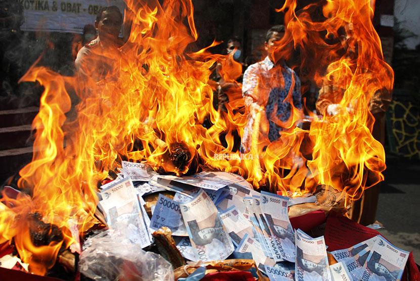 Petugas membakar barang bukti narkoba (ilustrasi)