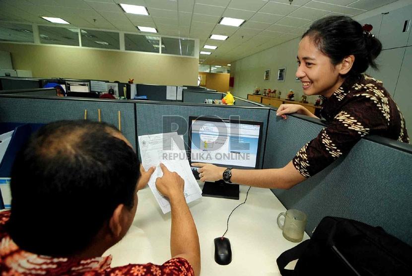 Petugas membantu mengisikan SPT Tahunan secara e-Filing di Kantor Pusat Ditjen Pajak, Jakarta, Jumat (22/2).   (Republika/Wihdan Hidayat)