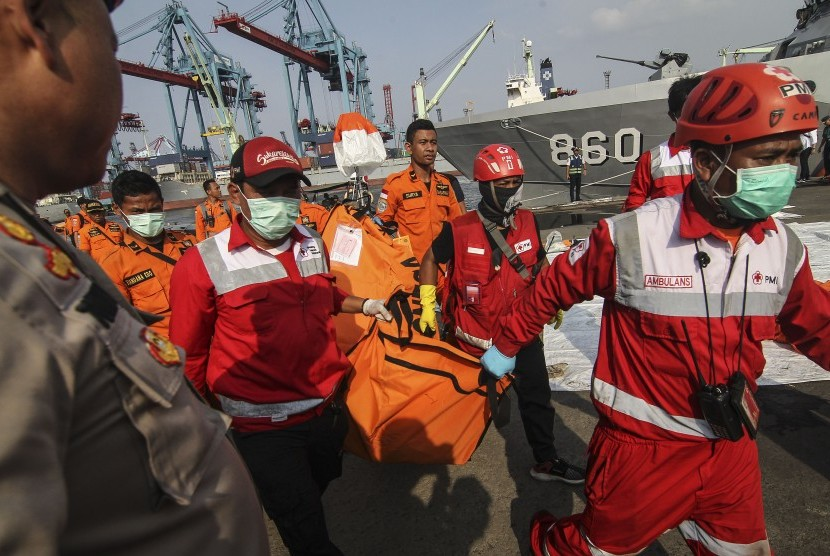 Joint SAR team carry body bag of Lion Air JT 610 plane crash victims at Tanjung Priok Port, Jakarta, Friday (Nov 2).