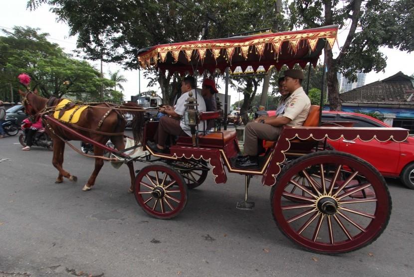 Petugas membawa kereta kencana untuk pernikahan Kahiyang Ayu - Bobby Nasution, di Medan, Sumatera Utara, Rabu (22/11).