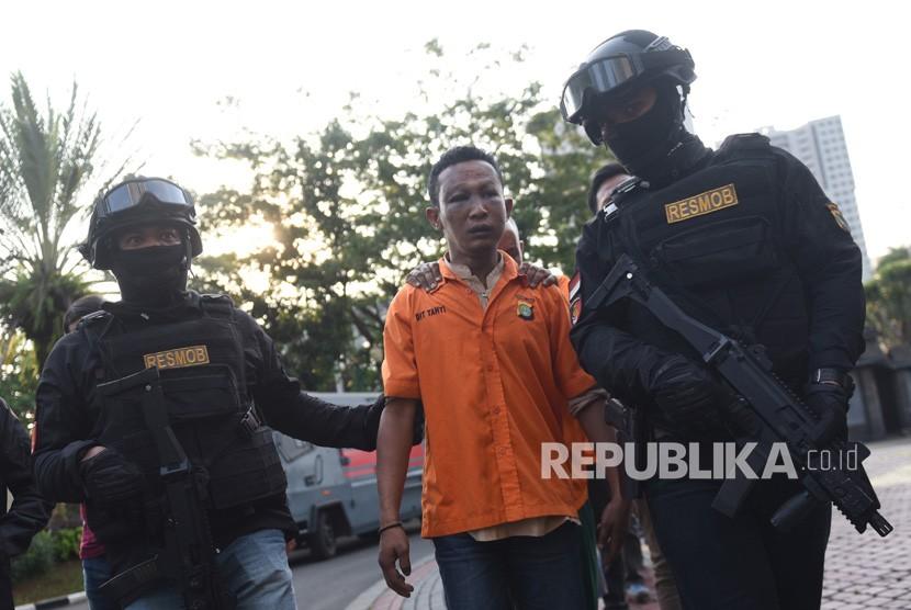 Petugas membawa tersangka pelaku kericuhan dalam aksi 22 Mei dalam rilis di Mapolda Metro Jaya, Jakarta, Kamis (23/5/2019).