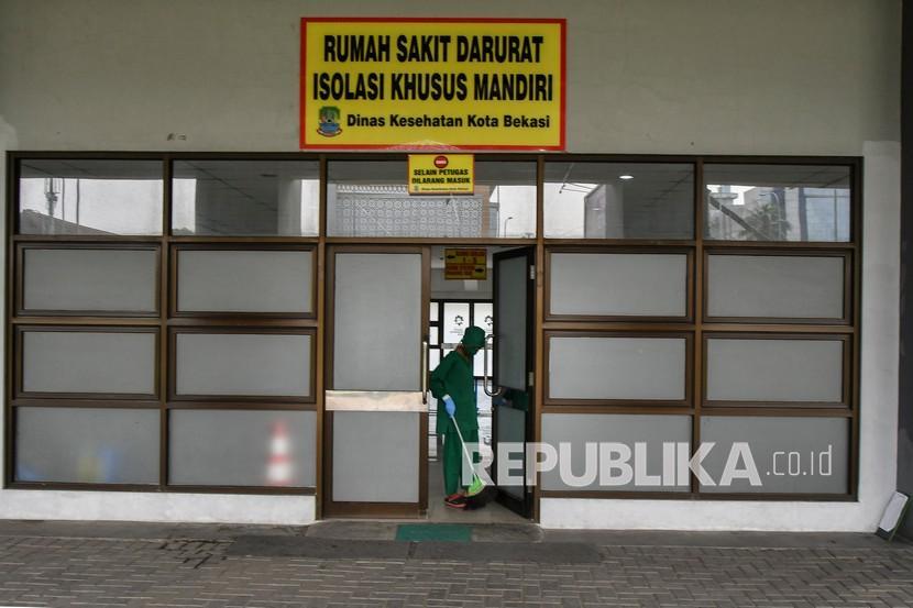 Petugas membersihkan bagian depan Rumah Sakit Darurat Stadion Patriot Chandrabhaga, Bekasi, Jawa Barat, Rabu (5/5/2021). Pemerintah Kota Bekasi menyiapkan 112 tempat tidur untuk pemudik yang melanggar aturan larangan mudik dari tanggal 6-17 Mei dan terjangkit COVID-19.
