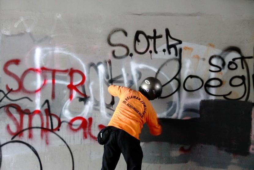 [ilustrasi] Petugas membersihkan coretan yang dibuat oleh anak muda sahur on the road (SOTR) di kolong Semanggi, Jakarta Pusat.