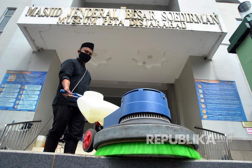 Petugas membersihkan lantai di Masjid Jenderal Besar Soedirman, Kota Bogor, Jawa Barat