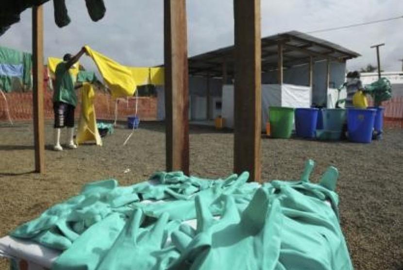 Petugas membersihkan pakaian dari ruang isolasi Ebola.