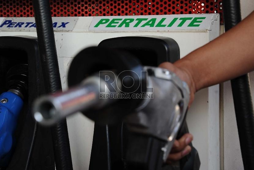 Petugas memegang keran pompa bensin jenis Pertalite di SPBU. ilustrasi (Republika/Tahta Aidilla)
