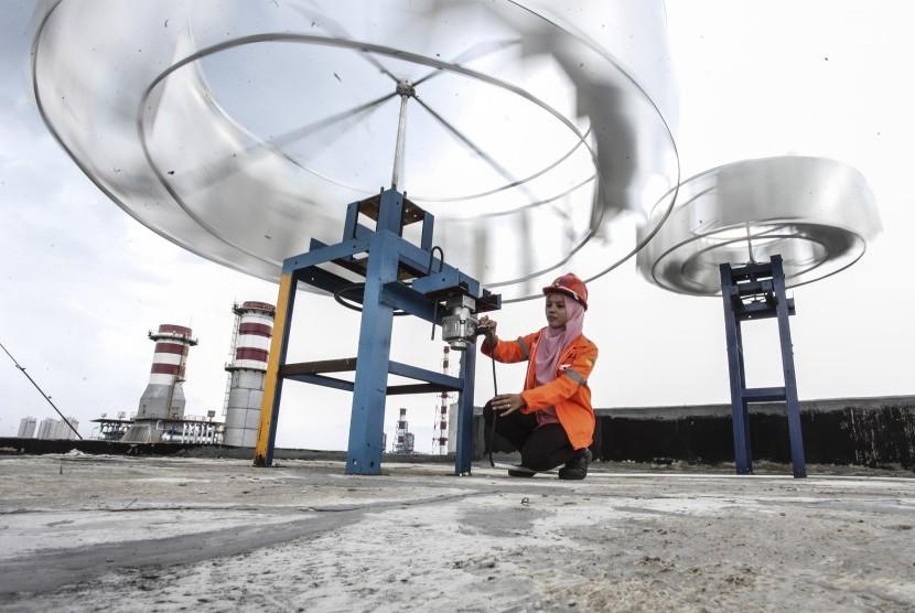 Petugas memeriksa alat Pembangkit Listrik Tenaga Bayu (PLTB) di kantor Pembangkit Jawa Bali, Jakarta, Selasa (9/8).