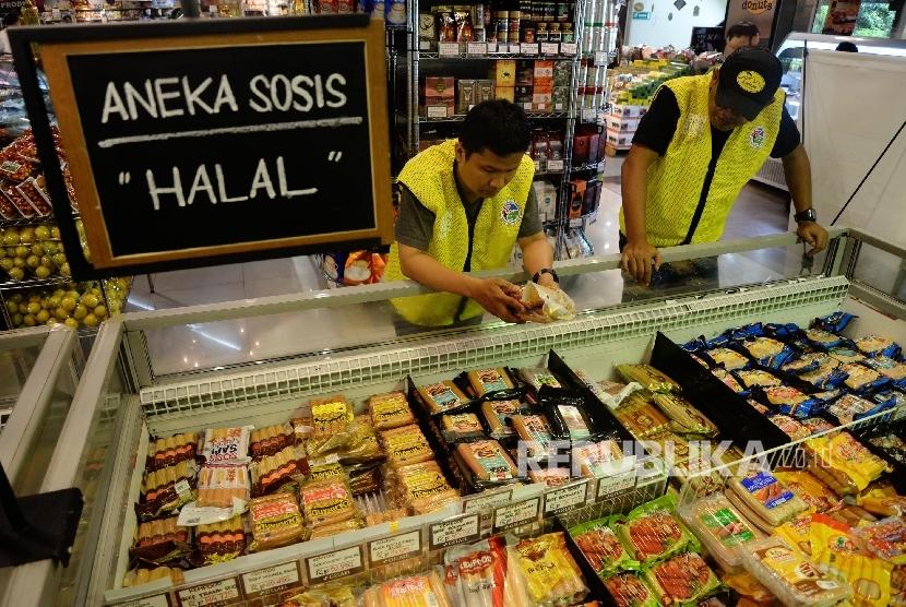 Petugas memeriksa beberapa makanan saat inspeksi mendadak (sidak) di Pasar Modern Gelael, Jakarta Selatan, Selasa (7/6). (Republika/Yasin Habibi)