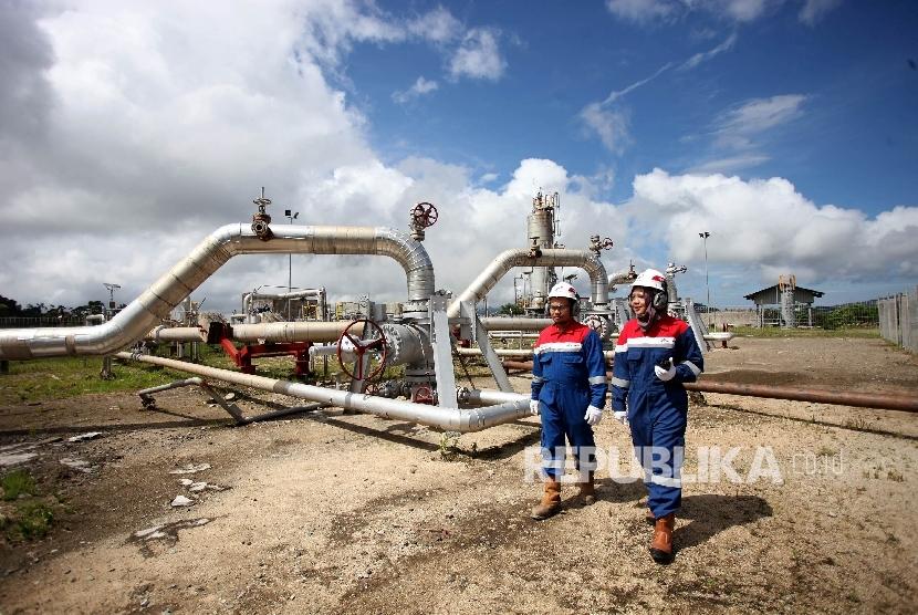 Petugas memeriksa fasilitas produksi energi panas bumi di sumur produksi Cluster D PT. Pertamina Geothermal Energy Area Ulubelu, Tanggamus, lampung, Jumat (16/6).