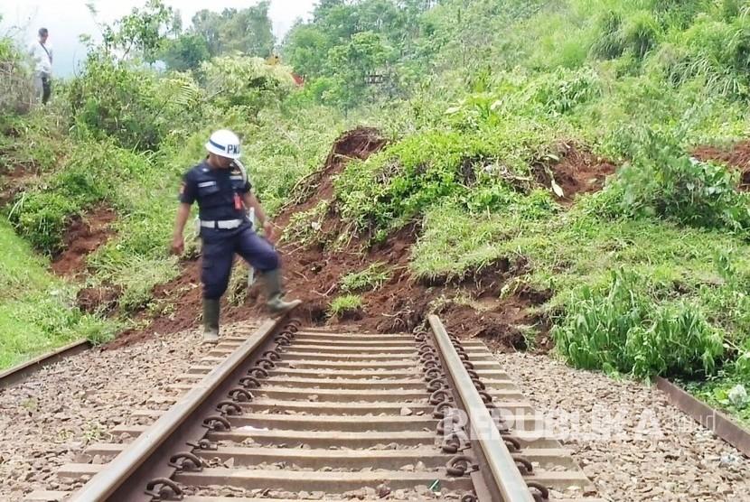 Jalur kereta api yang tertutup longsor. (Ilustrasi)