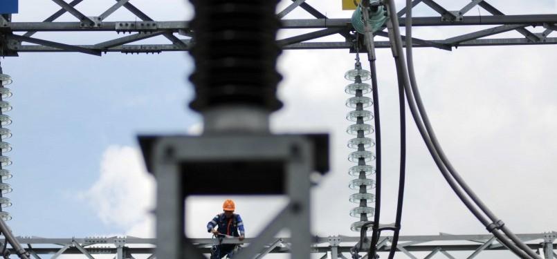 Petugas memeriksa jaringan listrik di Gardu Induk. (Republika/Wihdan Hidayat)