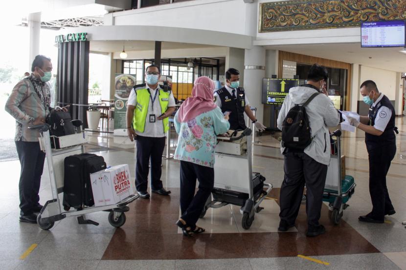 Petugas memeriksa kelengkapan surat calon penumpang di Bandara Internasional Juanda Surabaya di Sidoarjo, Jawa Timur, Jumat (7/5/2021). Aktivitas di Bandara Juanda terpantau sepi meskipun pada pemberlakuan larangan mudik Idul Fitri 1442 H terdapat pengecualian bagi ASN, pegawai BUMN/BUMD, TNI, Polri, pegawai swasta yang dilengkapi surat tugas, kunjungan keluarga sakit, ibu hamil dengan satu orang pendamping, pelayanan kesehatan darurat dan sebagainya dengan kepentingan mendesak.
