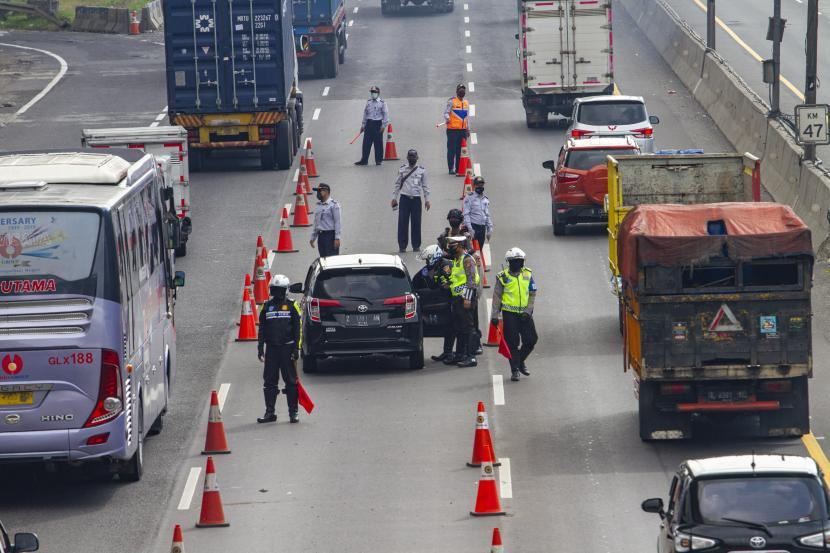 Petugas memeriksa kendaraan pemudik. Ilustrasi