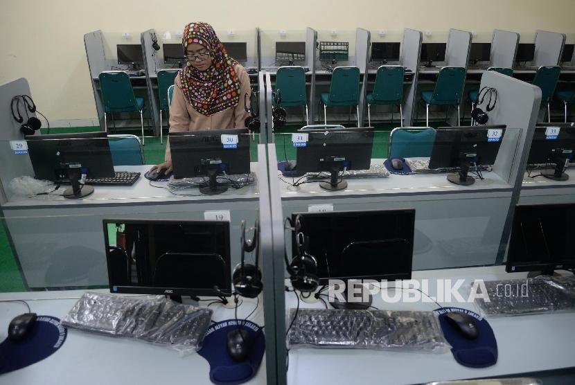 Petugas memeriksa komputer untuk Ujian Nasional Berbasis Komputer (UNBK) di Madrasah Aliyah Negeri (MAN) 9, Jakarta, Rabu ( 8/3).