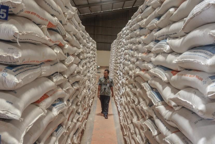 Petugas memeriksa kondisi beras saat kunjungan Tim Sergap dari Staf Teritorial Angkatan Darat di Gudang Bulog Bondansari Wiradesa, Kabupaten Pekalongan, Jawa Tengah, Kamis (14/2/2019).