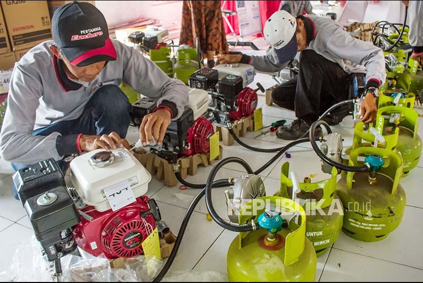Petugas memeriksa mesin perahu berbahan bakar gas bantuan PT Pertamina (Persero) sebelum disalurkan kepada nelayan di Pelabuhan Perikanan Pantai Morodemak di Demak, Jawa Tengah, Kamis (7/9). Untuk melaksanakan program konversi Bahan Bakar Minyak (BBM) ke Bahan Bakar Gas (BBG), Kementerian Energi dan Sumber Daya Mineral tahun ini menyalurkan 16.981 paket konverter kit mesin perahu berbahan bakar gas kepada nelayan kecil senilai Rp 120,92 miliar di 26 Kabupaten/Kota di Indonesia.
