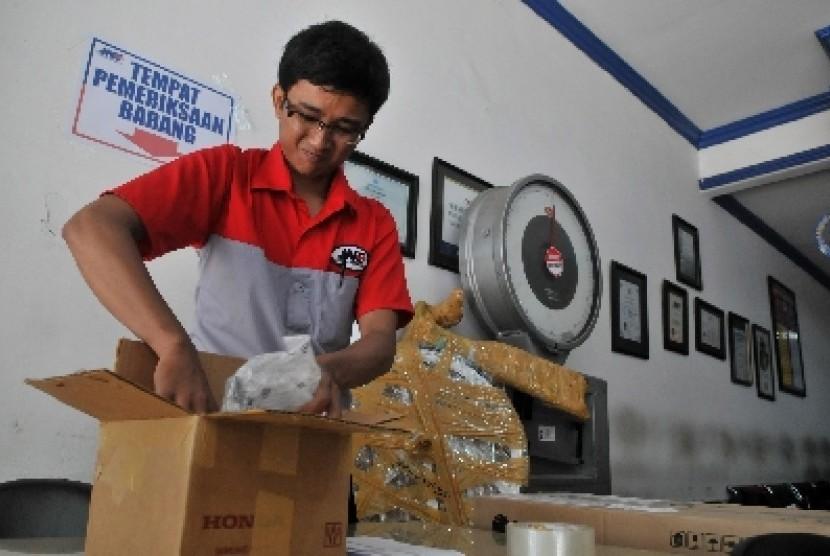 Petugas memeriksa paket yang dikirim di kantor pusat JNE, Tomang, Jakarta Barat, Senin (21/3).