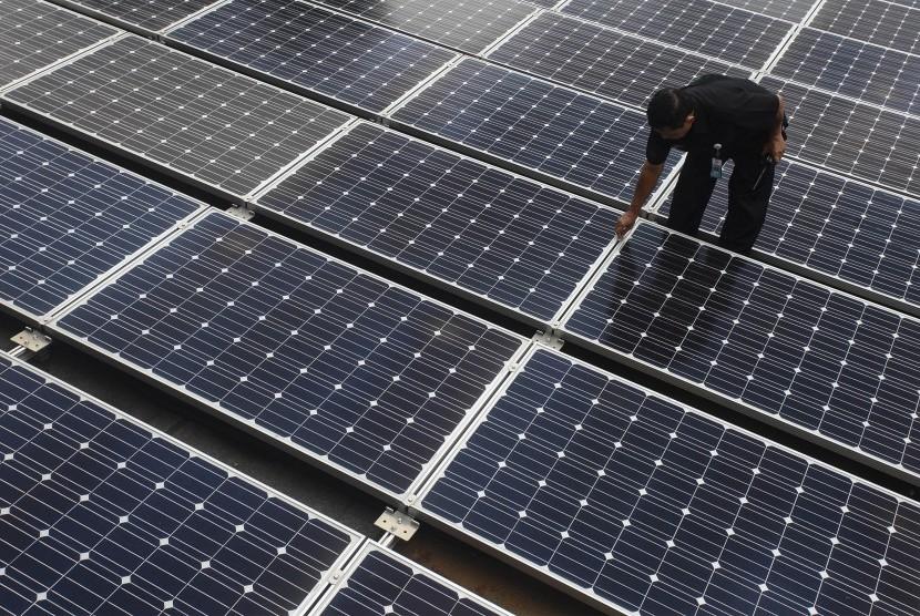 Petugas memeriksa panel surya (Solar Cell) di gedung ESDM, Jakarta, Rabu (2/3).