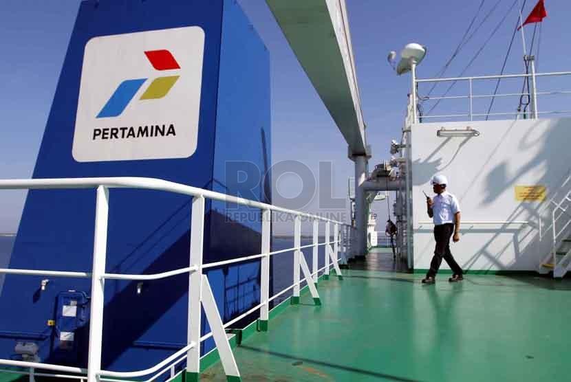 Petugas memeriksa pipa gas di kapal Pertamina Gas 2 di ship to ship (STS) Teluk Kalbut, Situbondo, Jawa Timur, Kamis (9/10).(Republika/ Yasin Habibi)