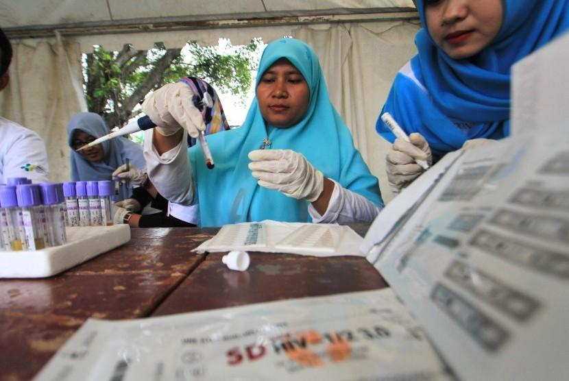 Petugas memeriksa sampel darah saat pemeriksaan HIV/AIDS (ilustrasi)