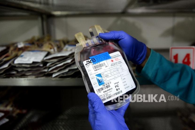 Petugas memeriksa stok darah di penyimpanan darah PMI Kramat, Jakarta Pusat, Senin (15/2).    (Republika/Wihdan)