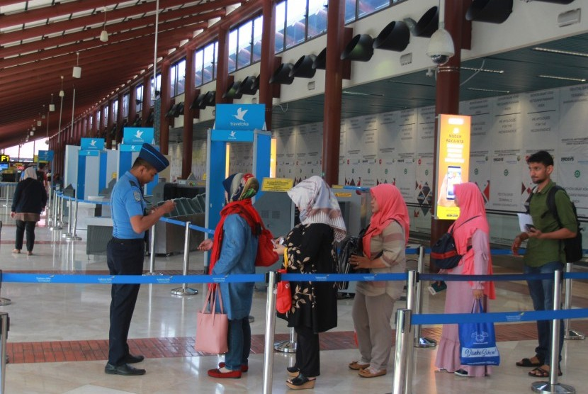 Officers check passenger flight tickets at the Low Cost Carrier Terminal (LCCT) or special low-cost airline terminal after the inauguration of operations at Terminal 2 F Soekarno Hatta Airport, Tangerang, Banten.