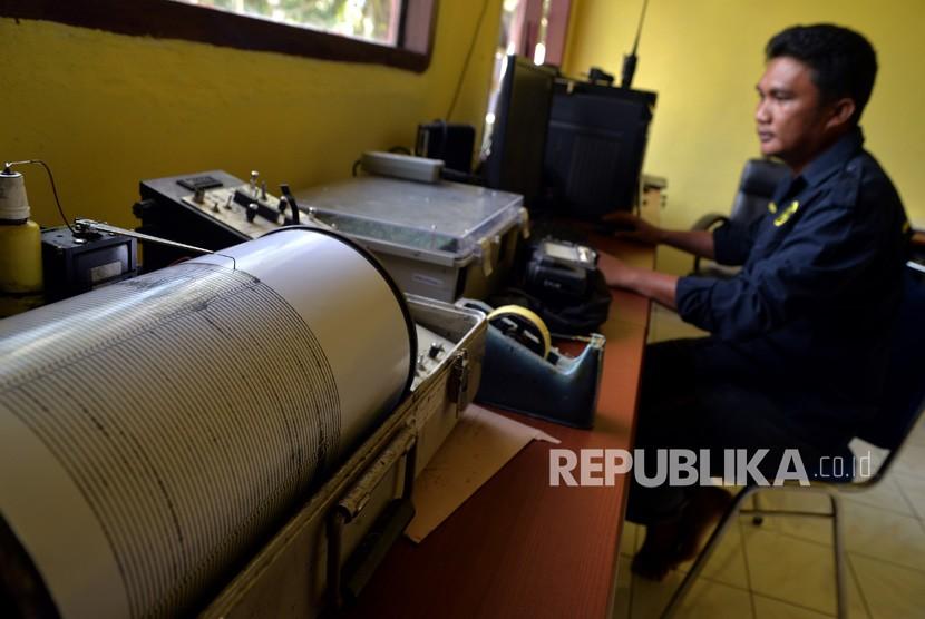 Petugas memperhatikan grafik seismograf aktivitas Gunung Karangetang di Pos Pemantau Gunung Api (PGA) di Desa Salili, Kabupaten Kepulauan Sitaro, Sulawesi Utara, Kamis (7/2/2019).