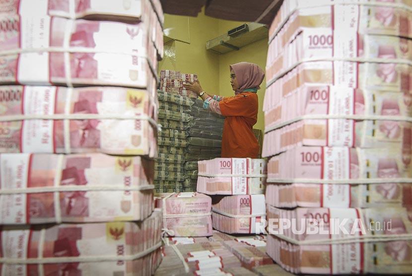 Petugas menata tumpukan uang kertas saat melakukan persiapan pengisian ATM di cash center PT Bank Negara Indonesia (Persero) Tbk (BNI), Jakarta, Kamis (20/12). BNI menyiapkan uang tunai rata-rata sebesar Rp16,6 triliun per minggu untuk memenuhi kebutuhan uang tunai di mesin ATM dan outlet.