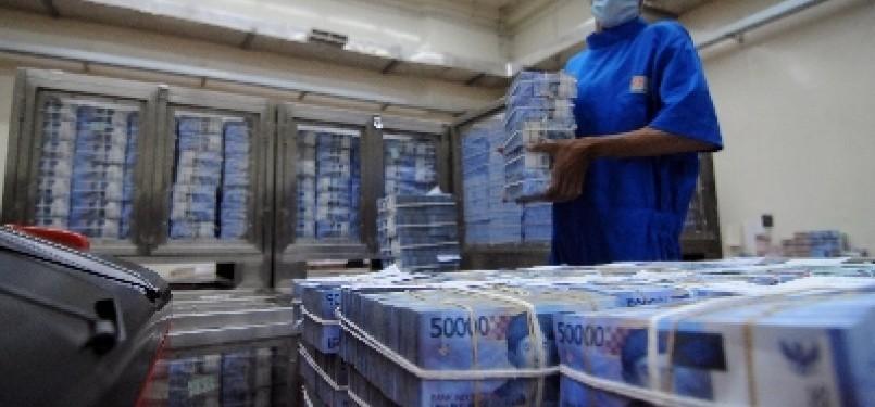 Petugas menata tumpukan uang rupiah. (ilustrasi)