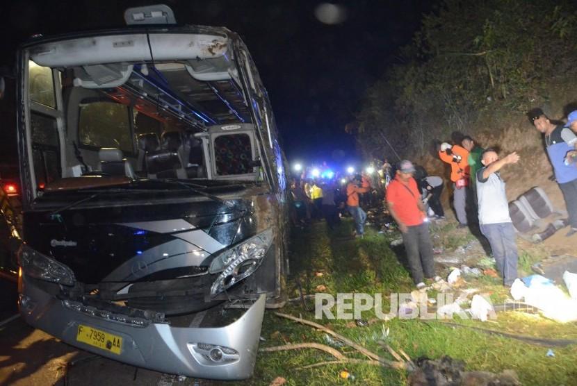 Petugas mencari barang-barang milik korban saat evakuasi kecelakaan bus pariwisata di tanjakan Emen, Kecamatan Ciater, Kabupaten Subang, Sabtu (10/2).