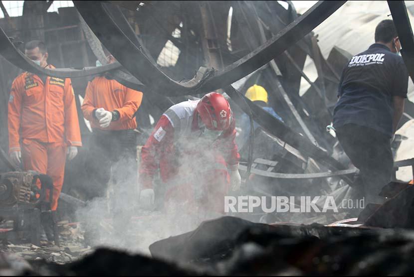 Petugas mencari jenazah korban kebakaran di lokasi kebakaran Gudang Kosambi, Tangerang
