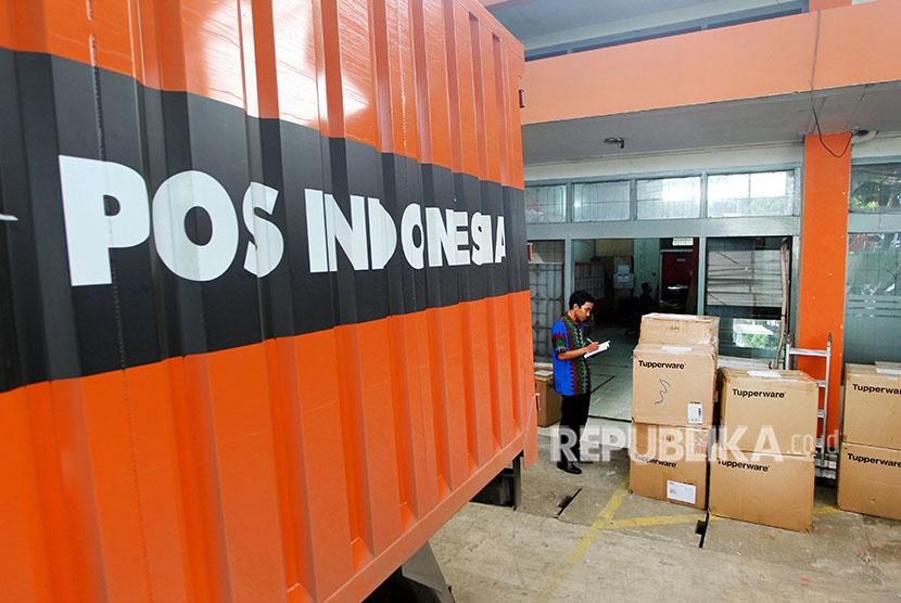 Petugas mendata paket pos yang akan dikirim ke berbagai penjuru Nusantara di Kantor Pos Indonesia Cabang Utama Bengkulu, Jumat (8/6).