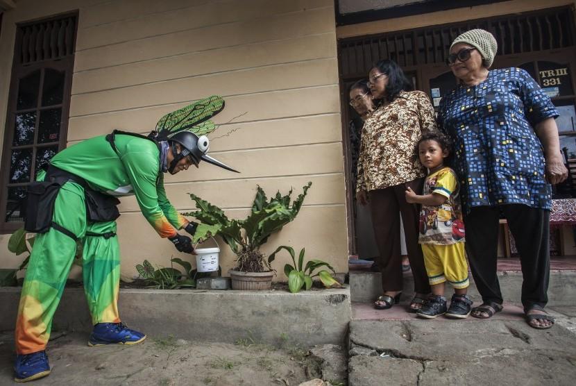 Petugas menempatkan ember berisi telur nyamuk Aedes aegypti ber-Wolbachia pada halaman rumah warga.