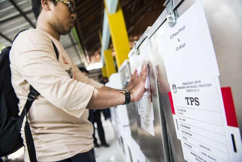 Petugas menempelkan penanda kotak suara saat simulasi Rekapitulasi Suara Pemilu 2019 Tingkat Kecamatan di Gedebage, Bandung, Jawa Barat, Selasa (3/10).