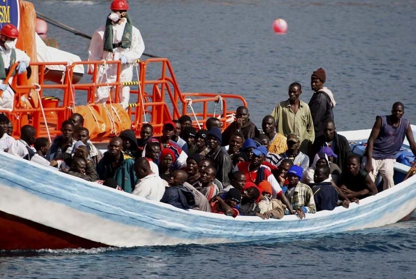 Petugas mengamankan puluhan migran Afrika yang ingin ke Eropa.