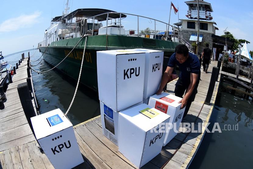 Petugas mengangkat logistik Pemilu 2019 yang akan didistribusikan ke Kepulauan Seribu (Ilustrasi).