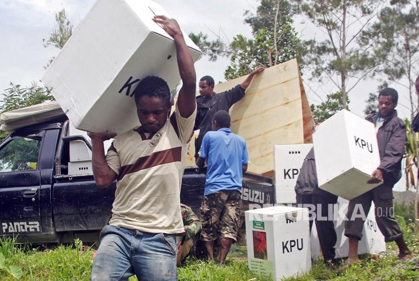 Petugas mengangkat logistik Pemilu ke pelosok-pelosok kampung di Distrik Wesaput, Wamena, Kabupaten Jayawijaya, Papua, Selasa (16/4).