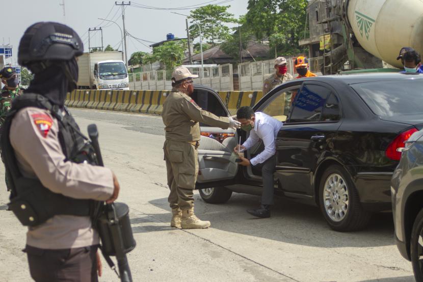 Satgas Covid-19 yang bertugas di perbatasan Cianjur, Jawa Barat memperketat pemeriksaan 24 jam secara bergantian. Ilustrasi.