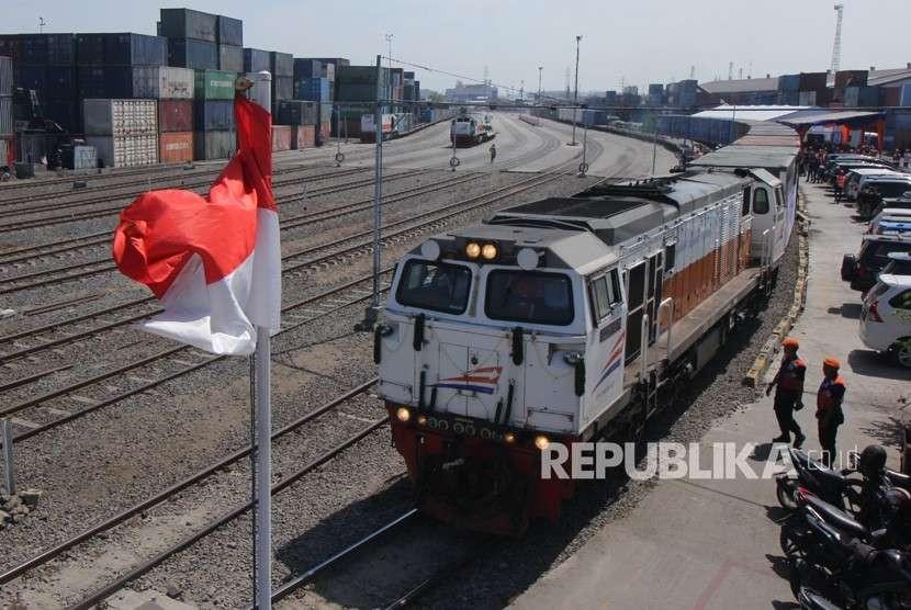 Kereta melintas di Stasiun Kalimas, Surabaya, Jawa Timur, Kamis (9/8).
