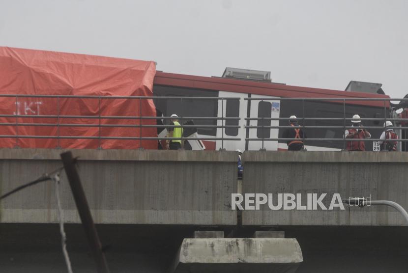 Petugas mengecek kereta LRT yang mengalami kecelakaan di kawasan Cibubur, Jakarta, Senin (25/10). Dua kereta LRT Jabodebek yang masih dalam tahap uji coba mengalami kecelakaan di jalur layang ruas Cibubur-TMII pada pukul 12.30 WIB hingga kini masih dalam tahap pemeriksaan.