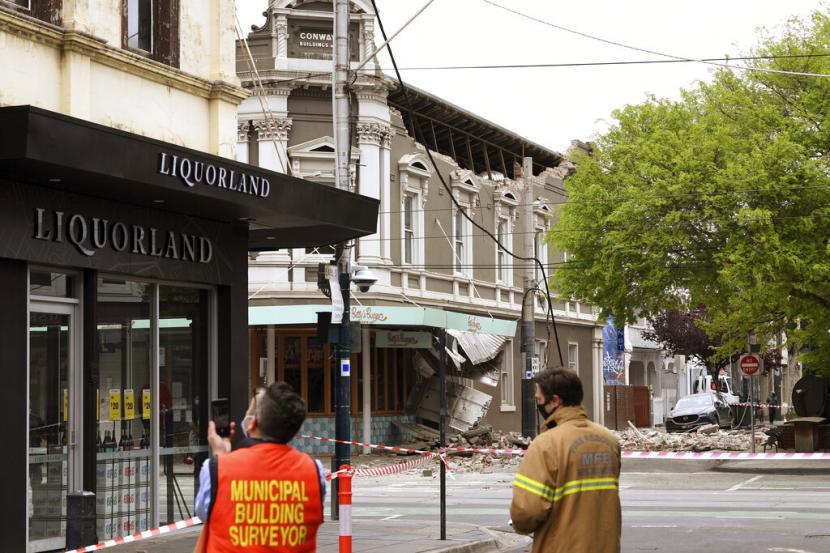 Petugas mengecek kerusakan yang diakibatkan oleh gempa berkekuatan 6 SR di Mansfield, Australia, Rabu (22/9).