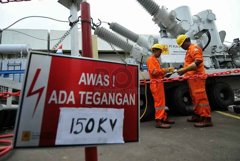 Petugas mengecek trafo mobile di Gardu Induk PLN Karet Baru, Jakarta, Senin (25/8). (Republika/Prayogi).