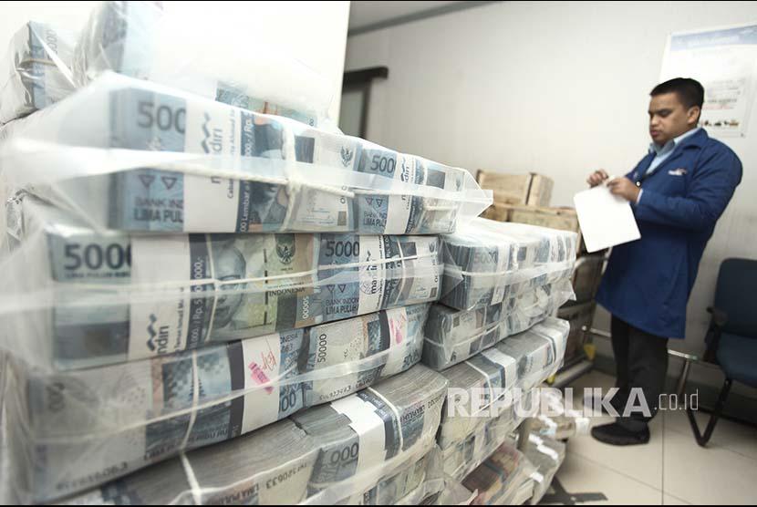 Petugas mengecek uang tunai sebelum didistribusikan melalui kantor cabang dan mesin ATM (ilustrasi). Bank indonesia menyebut kebutuhan uang tunai masih ada meskipun pemerintah gencar menyosialisasikan pembayaran digital QRIS.
