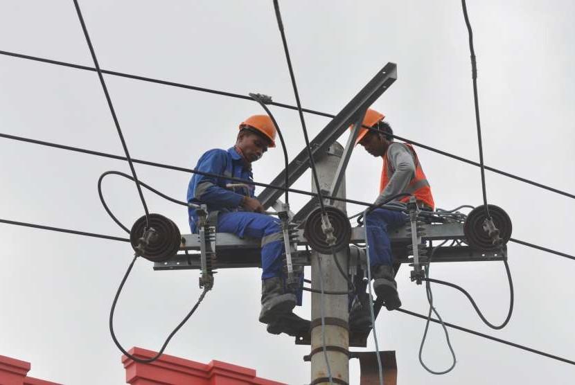 Petugas mengerjakan pekerjaan jaringan listrik di Palu, Sulawesi Tengah, Kamis (30/8).
