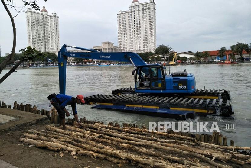 Petugas mengerjakan penataan Danau Sunter, Tanjung Priok, Jakarta Utara, Kamis (22/2).