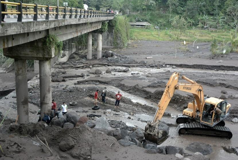 Petugas mengerjakan pengerukan aliran Sungai Yeh Sah, Karangasem, Bali, Sabtu (3/12).
