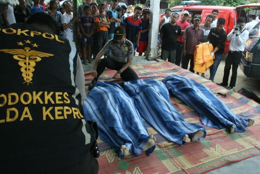 Petugas mengevakuasi korban meninggal tenggelamnya kapal yang mengangkut sejumlah tenaga kerja Indonesia (TKI) di Teluk Mata Ikan, Batam, Kepulauan Riau, Selasa (2/11).