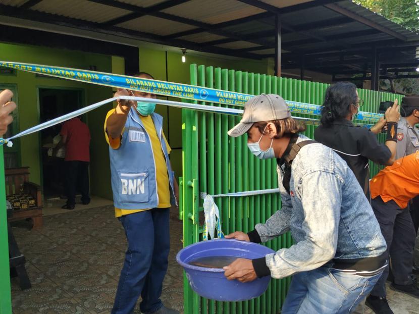 Petugas menggeledah sebuah rumah yang diduga dijadikan pabrik narkotika di Kecamatan Cipedes, Kota Tasikmalaya, Sabtu (12/6).